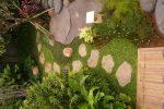jalan setapak dari batu templek organik-taman tropis