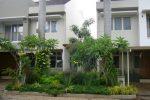 taman di depan dari 2 kavling rumah yang disatukan di perumahan, menggunakan 2 pohon palem.