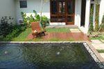taman minimalis belakang rumah kolam dan dek.