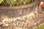Bak tanaman (Planter box) dengan lapisan batu alam.