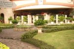Batas taman menggunakan tanaman semak rendah. Paving khusus menjadi batas jalur pejalan kaki dan taman.