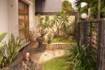 taman kecil dan elegan berbeda alas ground cover rumput batu alam.