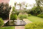 taman minimalis di halaman belakang, kolam bentuk segi empat, rumput australia, dan jalur setapak