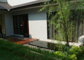taman minimalis di halaman belakang kolam hias
