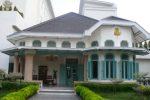 Koridor di antara taman Hotel Sidji, Pekalongan.