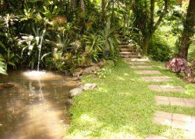 Pedestrian Path-jalan setapak dari stepping stone di area taman mengunakan batu templek yang dipotong sama