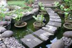 Jalan setapak di atas kolam berbentuk melingkar.