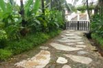 Jalur pejalan kaki dari keramik, batu templek, koral sikat.