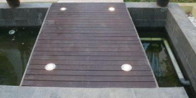 lampu di atas dek (di atas kolam)