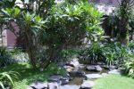 kolam alami dengan batu alam.