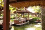 saung khas parahyangan di pinggir kolam.