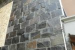 dinding dari batu andesit.